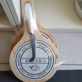 tagliete in legno e ceramica con coltello